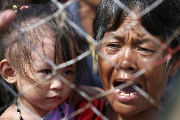 131114-supertyphoon-haiyan-philippines-tacloban-evacuation-007