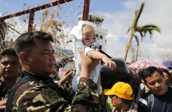 131114-supertyphoon-haiyan-philippines-tacloban-evacuation-008