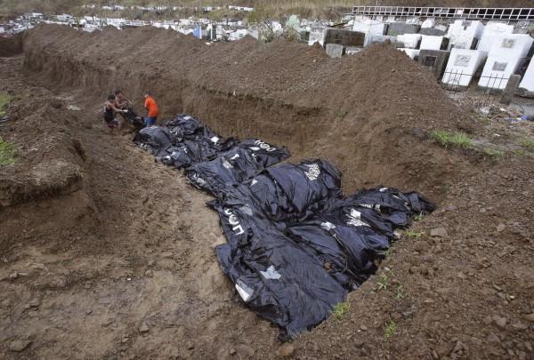 131114-supertyphoon-haiyan-philippines-tacloban-mass-burial-001