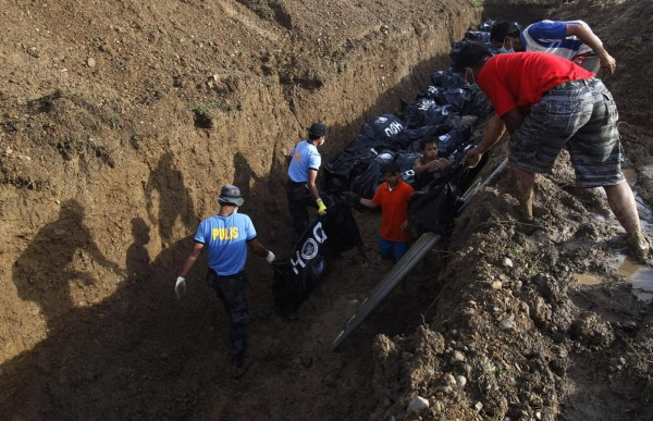 131114-supertyphoon-haiyan-philippines-tacloban-mass-burial-002