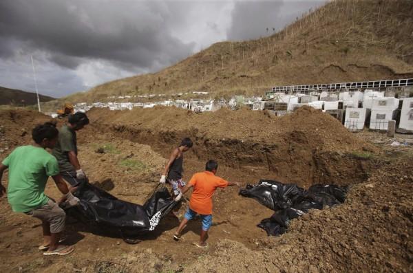 131114-supertyphoon-haiyan-philippines-tacloban-mass-burial-003