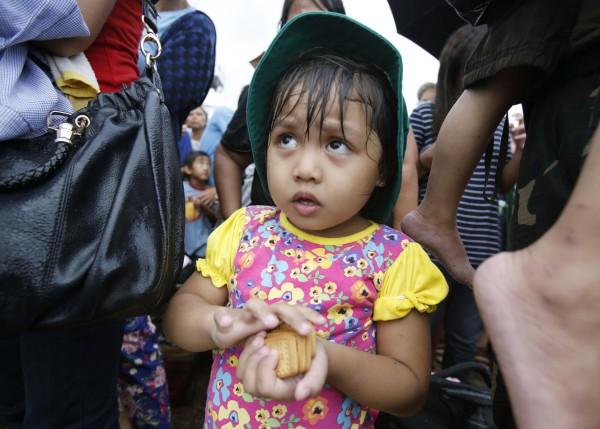 131114-supertyphoon-haiyan-philippines-tacloban-queue-food-003