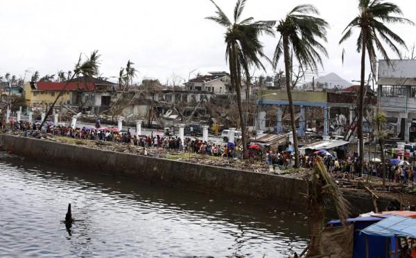 131114-supertyphoon-haiyan-philippines-tacloban-queue-food-004