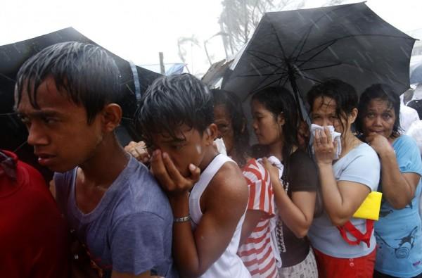 131114-supertyphoon-haiyan-philippines-tacloban-queue-food-005