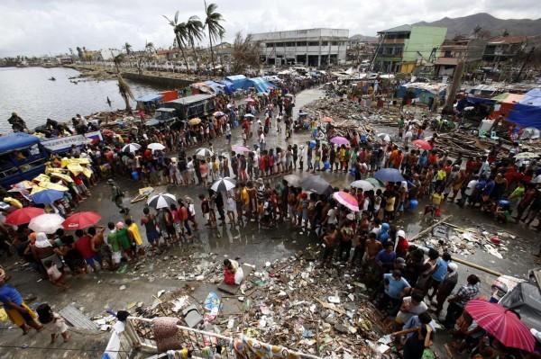 131114-supertyphoon-haiyan-philippines-tacloban-queue-food-006