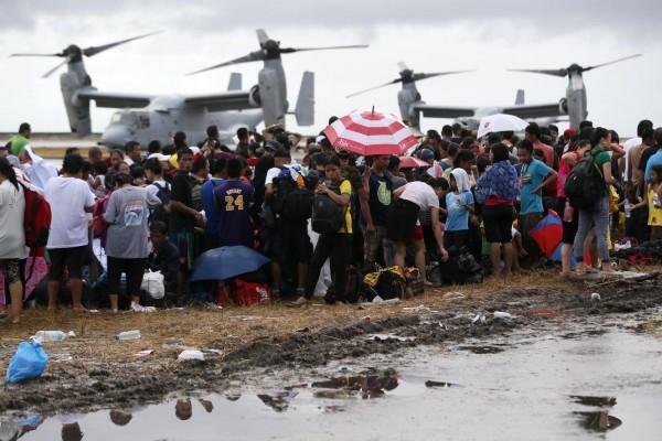 131114-supertyphoon-haiyan-philippines-tacloban-us-ospreys-plane-002