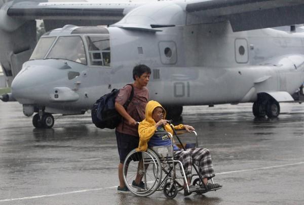131114-supertyphoon-haiyan-philippines-tacloban-us-ospreys-plane-004