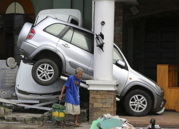 131116-philippines-tacloban-santo-nino-church-outside