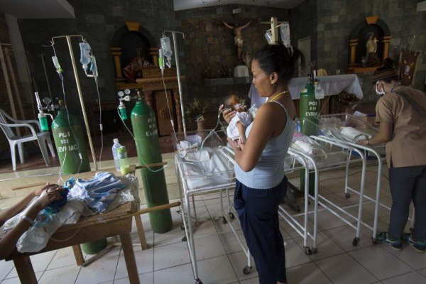 131116-philippines-typhoonhaiyan-tacloban-chapel-newborns-01