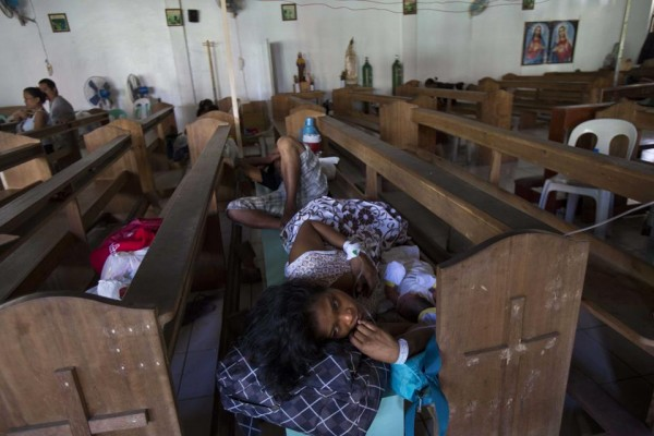 131116-philippines-typhoonhaiyan-tacloban-chapel-newborns-02