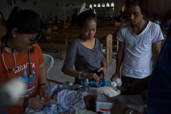 131116-philippines-typhoonhaiyan-tacloban-chapel-newborns-04