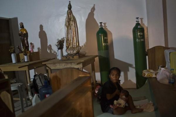 131116-philippines-typhoonhaiyan-tacloban-chapel-newborns-06