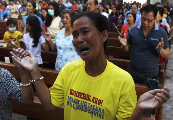 131117-philippines-tacloban-santo-nino-church-mass-01