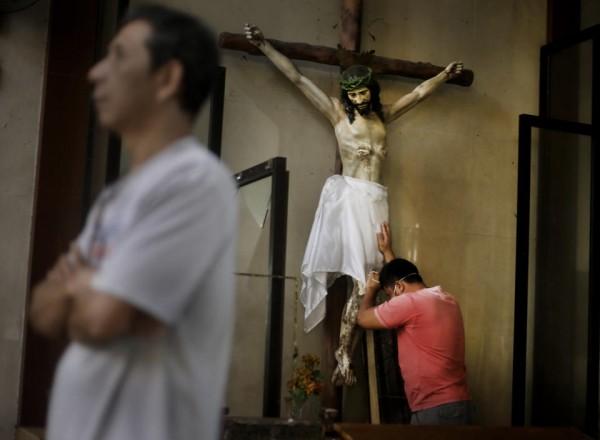 131117-philippines-tacloban-santo-nino-church-mass-02