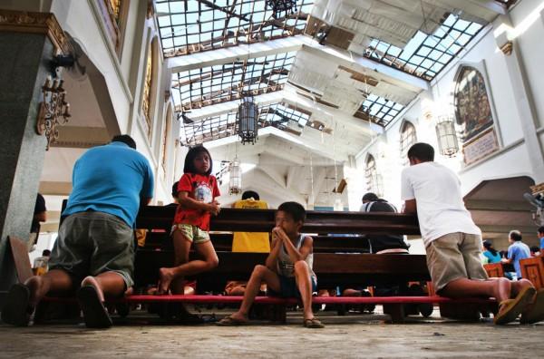 131117-philippines-tacloban-santo-nino-church-mass-04