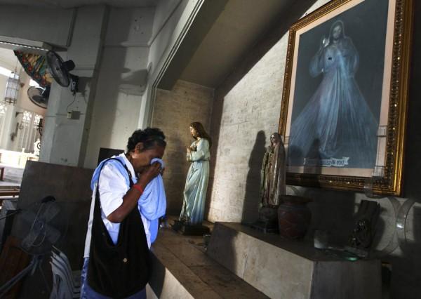 131117-philippines-tacloban-santo-nino-church-mass-05