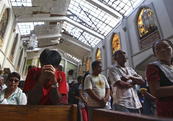 131117-philippines-tacloban-santo-nino-church-mass-06