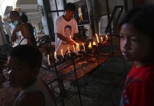 131117-philippines-tacloban-santo-nino-church-mass-07