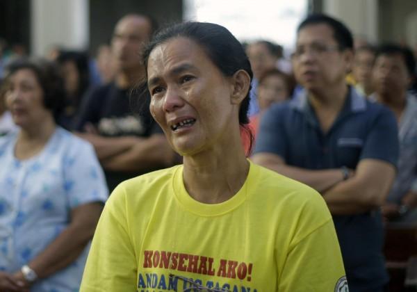 131117-philippines-tacloban-santo-nino-church-mass-08