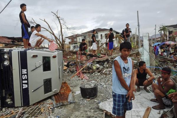131117-philippines-typhoonhaiyan-tacloban-aid-001