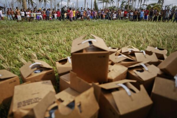 131117-philippines-typhoonhaiyan-tacloban-aid-007