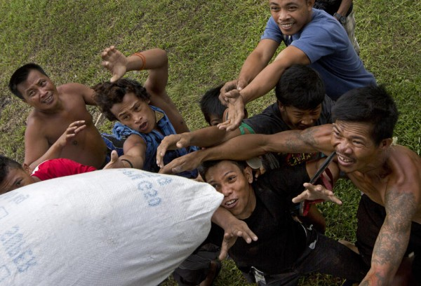 131117-philippines-typhoonhaiyan-tacloban-aid-010