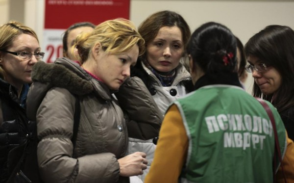131117-russia-kazan-plane-crashed-airport-psychologist-speak-relatives07