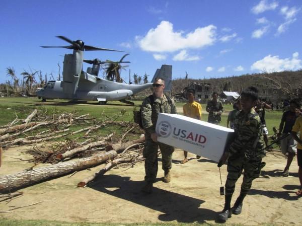 131118-philippines-typhoon-haiyan-aid-us-01