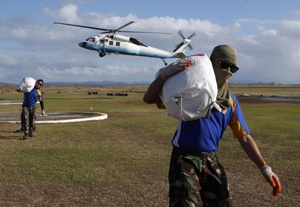 131119-philippines-typhoon-haiyan-aid-02