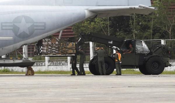 131119-philippines-typhoon-haiyan-aid-us-01