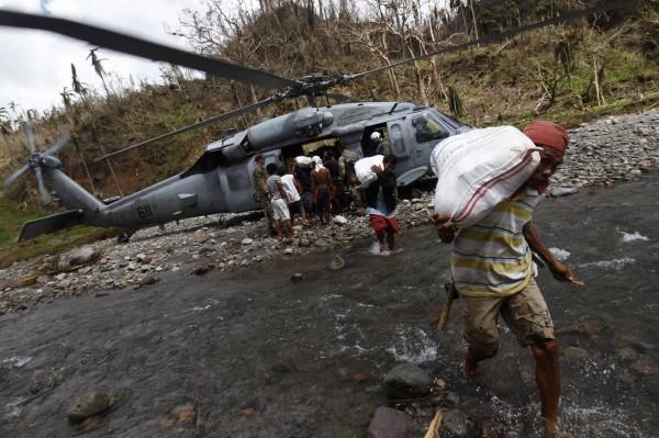 131120-philippines-typhoon-haiyan-aid-guiuan-01