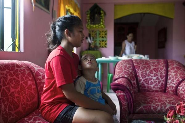 131121-philippines-typhoon-haiyan-tacloban-shylyny-orphans-01