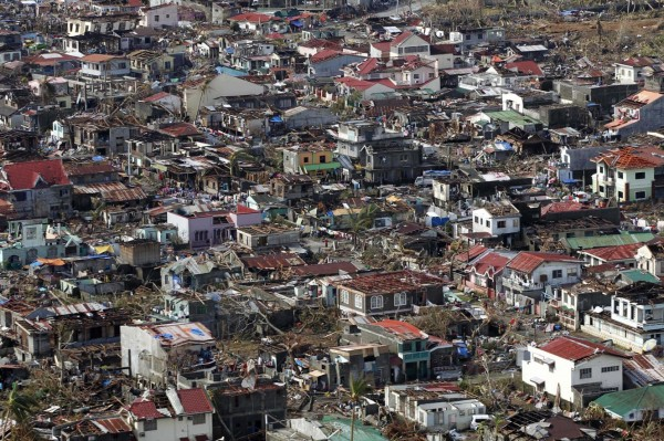 131113-supertyphoon-haiyan-philippines-tanauan-leyte-001