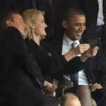 """Sự thật phía sau tấm ảnh """"nhạy cảm"""" 3 nhà lãnh đạo tự chụp ảnh nhau trong lễ vinh danh ông Mandela"""