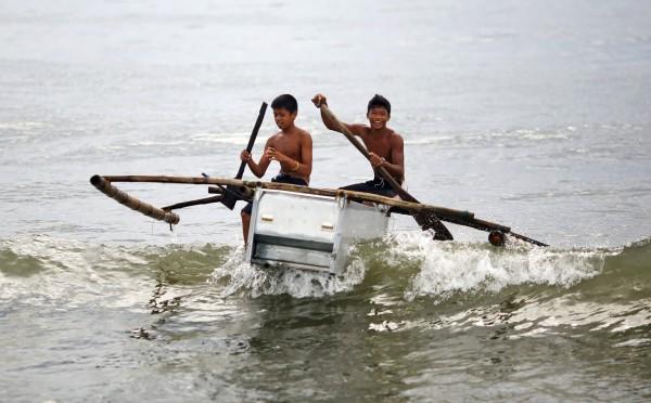 philippines-typhoon-haiyan-tacloban-fishmen-01