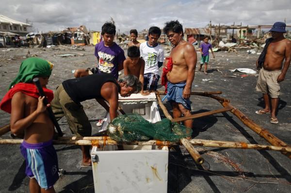 philippines-typhoon-haiyan-tacloban-fishmen-02