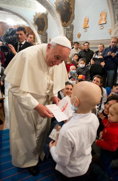 vatican-pope-francis-pediatric-hospital-rome-131221-02