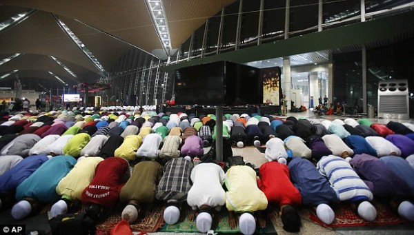 140308-missing-flight-kualalumpur-beijing-muslim-pray