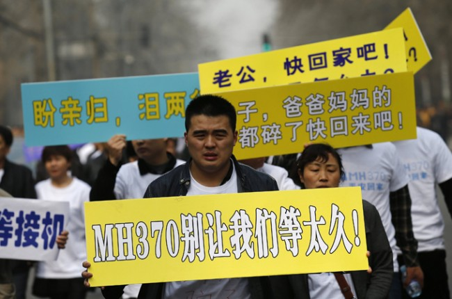 140325-mh370-beijing-protest