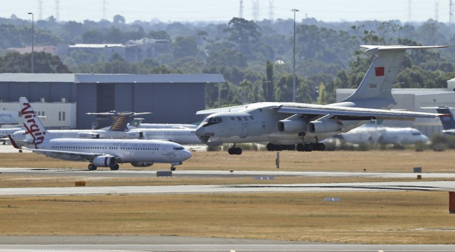 140413-mh370-china-il76-landing-perth-01