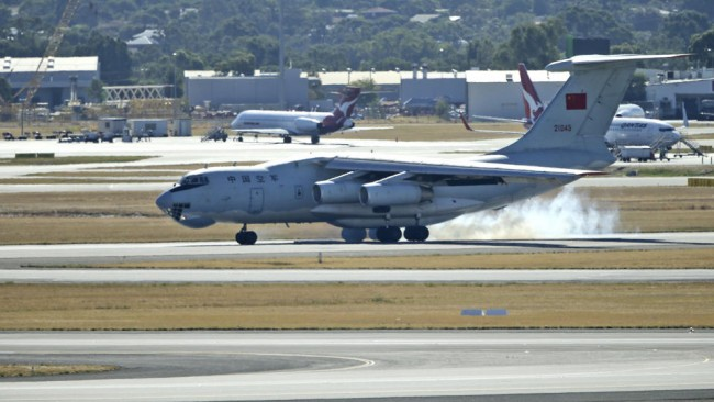 140413-mh370-china-il76-landing-perth-02