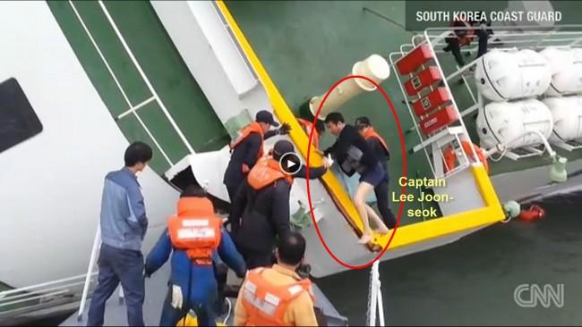 140416-korea-sewol-ferry-captain-fleeing-01