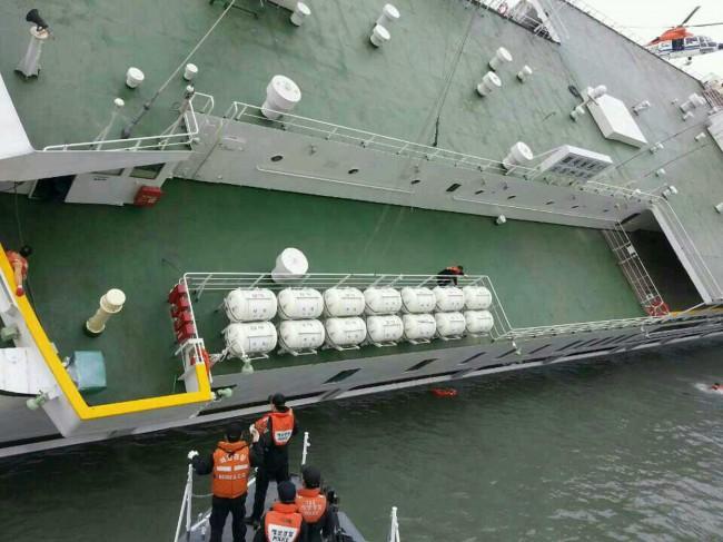 140416-skorea-sunken ferry-35