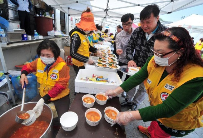 140421-korea-sewol-ferry-volunteers-jindo-01