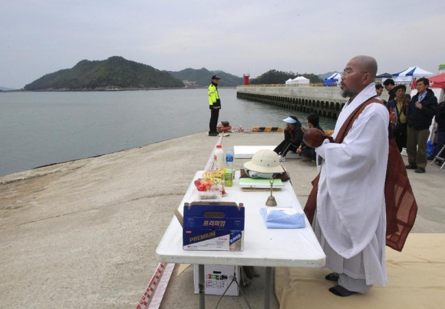 140426-korea-sewol-ferry-volunteers-jindo-01