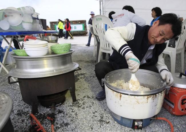 140426-korea-sewol-ferry-volunteers-jindo-02