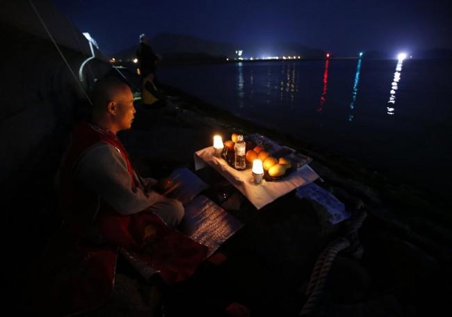 140426-korea-sewol-ferry-volunteers-jindo-04
