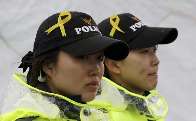 140427-korea-sewol-ferry-policwomen-jindo-01
