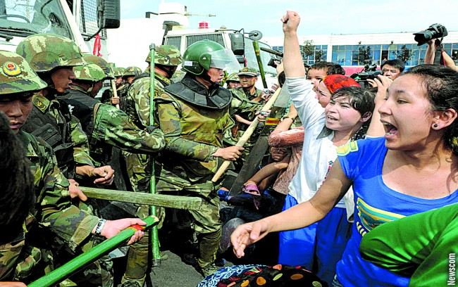 Uyghur residents confront police in fresh clash in Urumqi