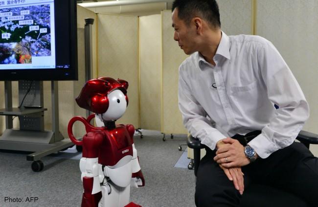 hitachi-EMIEW2-robot-01